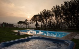 Le Maracla Bed and Breakfast a Jesi con piscina, casale, country house.