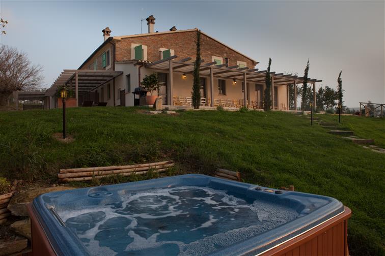 Bed and Breakfast a Jesi con piscina e idromassaggio esterno.