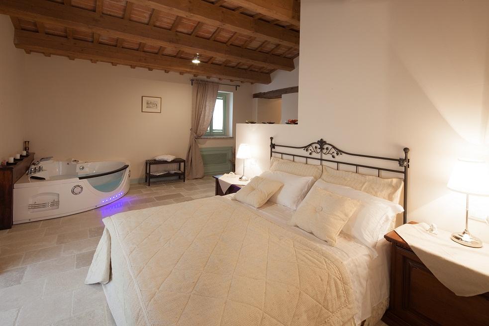 Le Maracla country house provincia di ancona camera Walter con idromassaggio.
