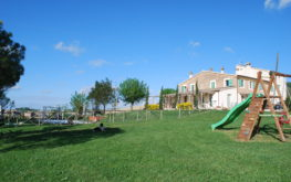 Le Maracla, Bed and Breakfast a Jesi, giardino con piscina.